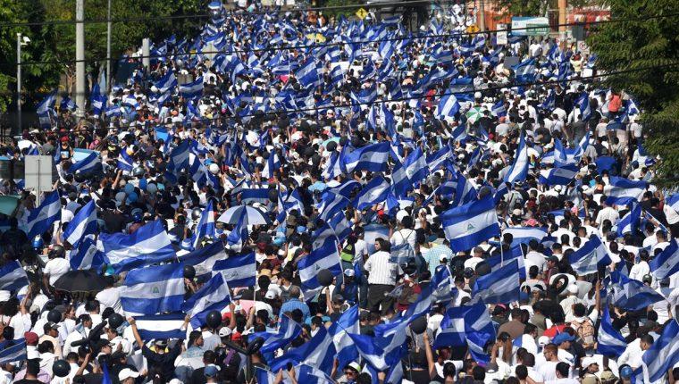 Masiva protesta en Nicaragua exige el fin de la represión y la salida de Daniel Ortega y su esposa del poder. (Foto Prensa Libre: AFP)