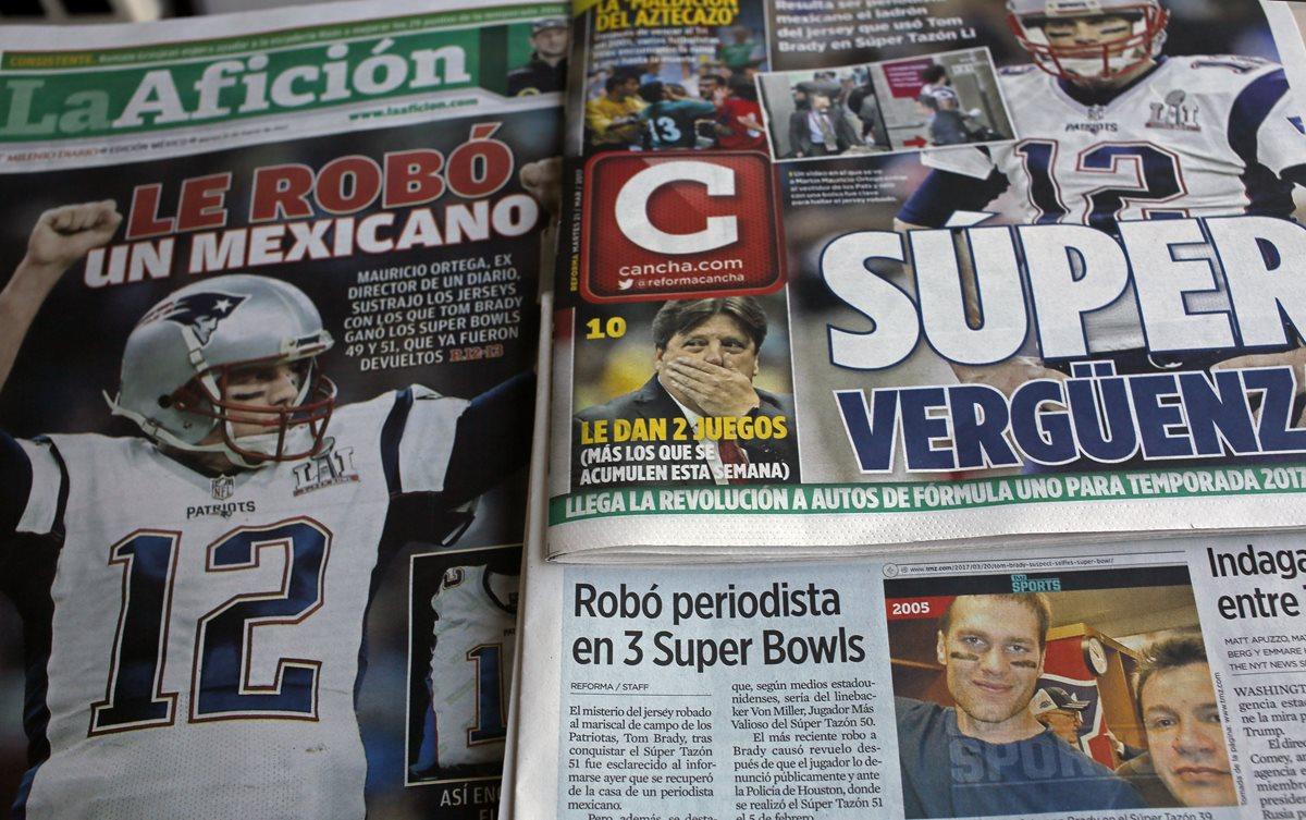 Las portadas de los diarios hablando acerca del robo de la camisola de Tom Brady. (Foto Prensa Libre: AP)