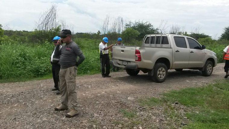 Seguridad de la empresa Jaguar Energy mantiene retenidos a varios periodistas entre ellos corresponsal de Prensa Libre. (Foto Prensa Libre: Carlos Paredes)