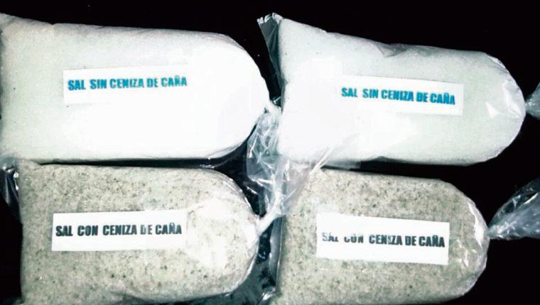 la ceniza que se esparce después de la quema de cañaverales en la Costa Sur alcanza a los productores de sal, quienes denuncian pérdidas.