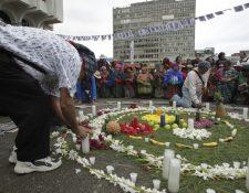 Familiares y víctimas del conflicto armado conmemoran frente a la CSJ el Día de la Dignidad de las Víctimas. (Foto Prensa Libre: Edwin Bercián)