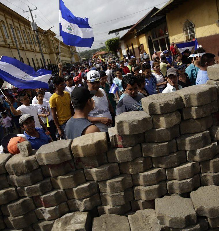 Cientos de personas marchan durante una protesta en las calles del barrio de Monimbó, Masaya, Nicaragua.(EFE).