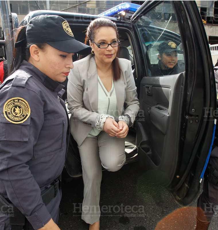 La ex vicementararia Roxana Baldetti es conducida a torre de tribunales sindicada en el caso Cooptación del Estado, el 27/7/2016. (Foto: Hemeroteca PL)