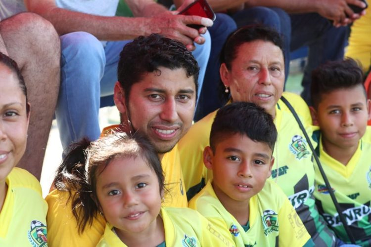 Familiares del guardameta JJ Paredes en las gradas lo llegaron animar. (Foto Prensa Libre: Francisco Sánchez)