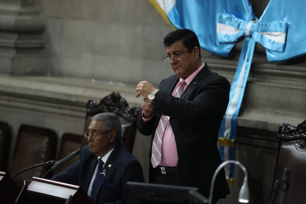 Javier Hernández Ovalle, de FCN-Nación, preside la sesión plenaria junto al diputado oficialista Estuardo Galdámez. (Foto Prensa Libre: Esbin García)