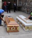Familiares de las víctimas retiran los cuerpos del Inacif. (Foto Prensa Libre: Hugo Oliva)