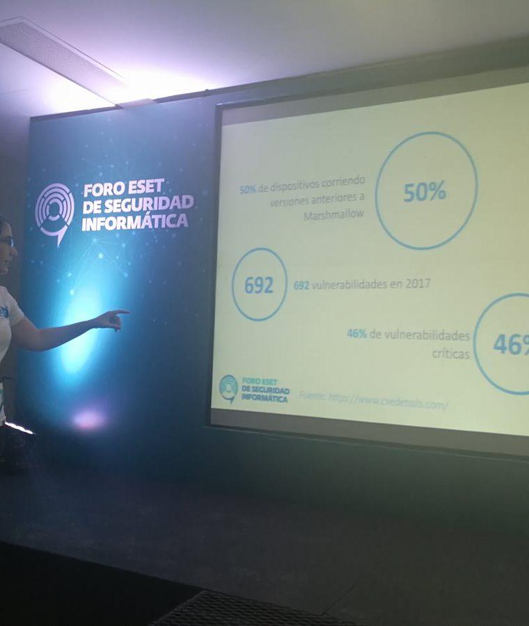 La investigadora Denise Giusto muestra algunas cifras sobre el impacto de vulnerabilidades en dispositivos móviles. (Foto Prensa Libre: Brenda Martínez)