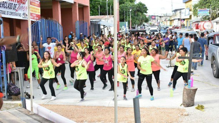 En la Zumbatón, participaron bailarines de las escuelas de zumba del área central de Petén. Los socorristas esperan reunir Q120 mil para comprar una motobomba. (Foto Prensa Libre: Rigoberto Escobar)