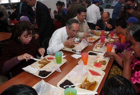 Álvaro Colom y su esposa Sandra Torres almuerzan en el comedor solidario inaugurado en Quetzaltenango. (Foto Prensa Libre: Mynor Toc)