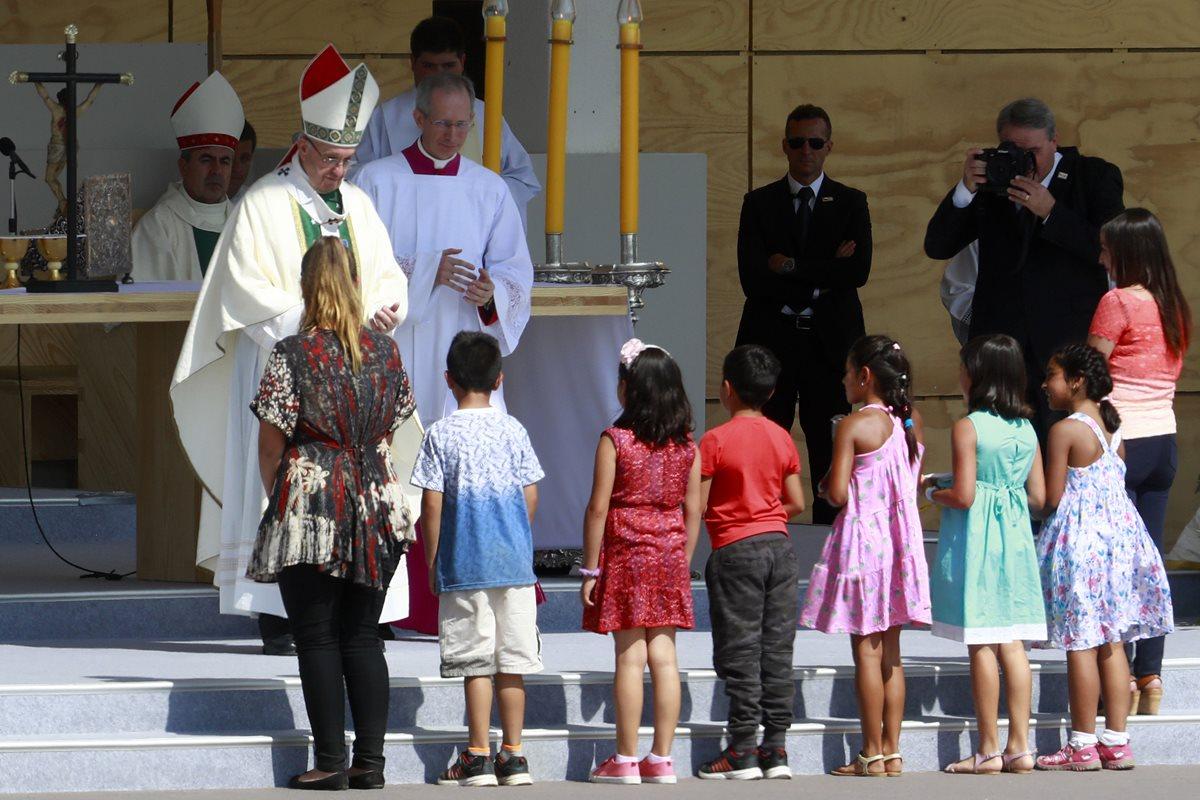 """El papa Francisco dijo sentir """"dolor y vergüenza"""" por los abusos sexuales contra menores en las iglesias de Chile. (Foto Prensa Libre: EFE)"""