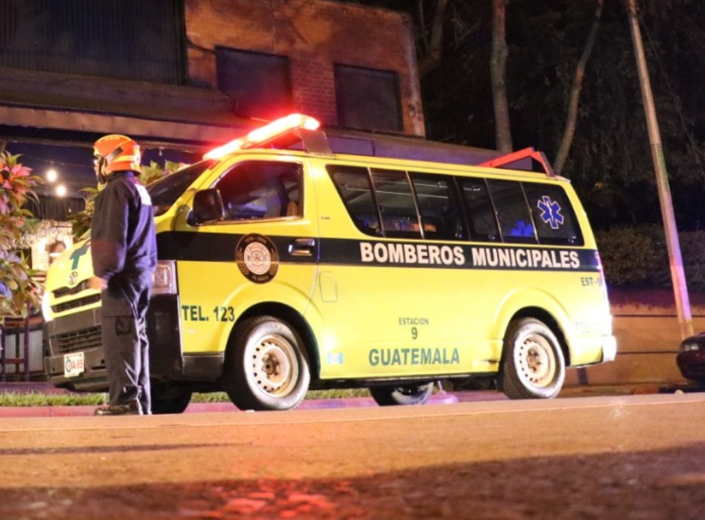 Bomberos atendieron a las víctimas heridas de bala en la 4 avenida y 16 calle, zona 10. (Foto Prensa Libre: Bomberos Municipales)