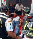 Socorristas trasladan a los heridos al Hospital Nacional de Jalapa. (Foto Prensa Libre: Hugo Oliva)