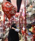 A pesar de la prohibición, en Pakistán se venden productos para celebrar el día de San Valentín.( Foto Prensa Libre: AFP)