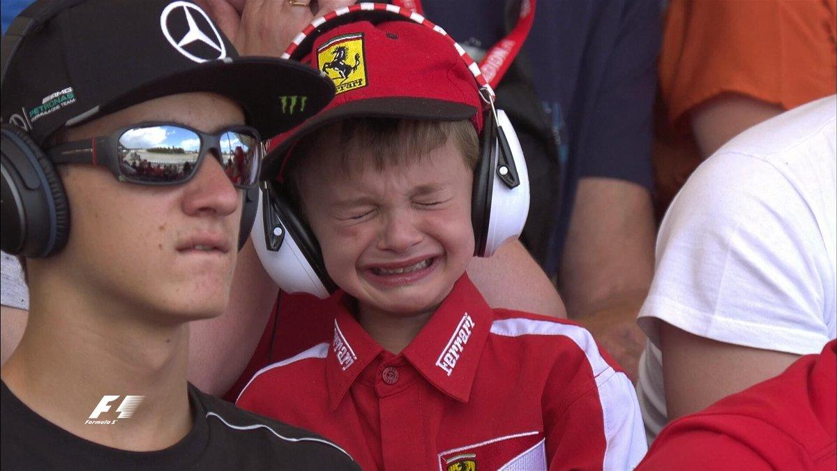 Raikkonen consuela a un niño que lloró por su abandono en Barcelona
