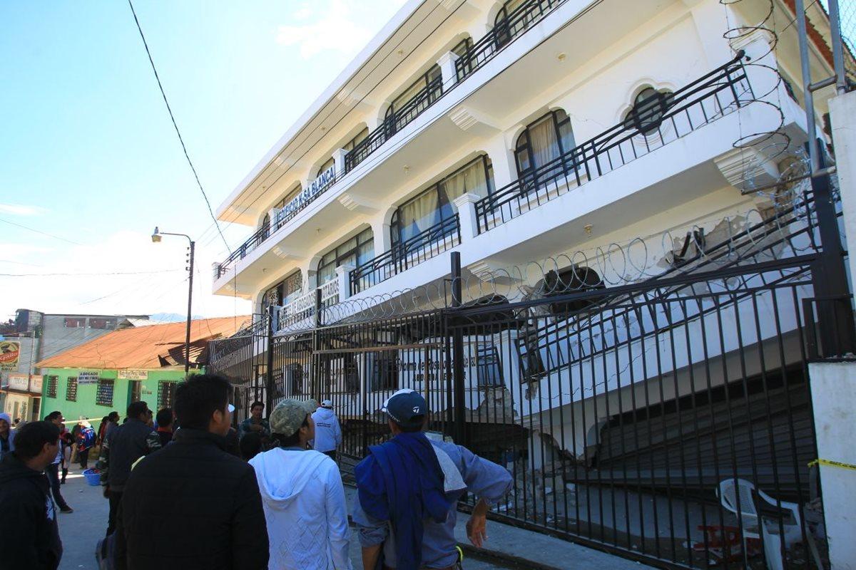 Un edificio sucumbió ante la intensidad del sismo en Tacaná, San Marcos. (Foto Prensa Libre: Álvaro Interiano)