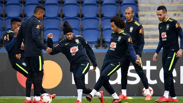 Nymar durante el entrenamiento de la Selección de Brasil en el Parque de los Príncipes, París. (Foto Prensa Libre: AFP)