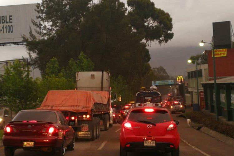 El tránsito se ha visto afectado en San Lucas, Sacatepéquez, debido a la caída de ceniza.