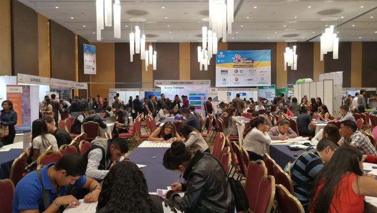 En las ferias de empleo, el número de asistentes buscando empleo triplica el número de plazas disponibles. (Foto, Prensa Libre: Rosa María Bolaños).
