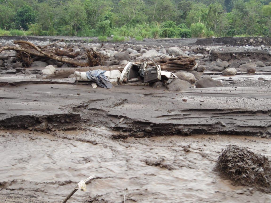 Lahar que desciende del Volcán de Fuego arrastra picop y 12 ocupantes se salvan de morir