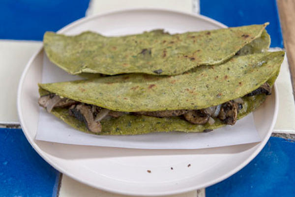 """Quesadillas a base de espinacas y tortillas de salvado de trigo son elaboradas en el restaurante de """"Doña Vero"""" en México. (Foto Prensa Libre :AFP)"""