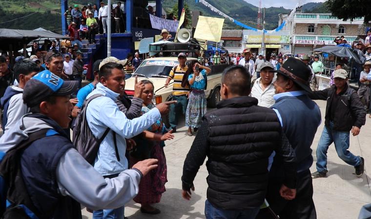 Algunos vecinos se oponen a que regrese la PNC y autoridades judiciales, pero otros están a favor de su regorno. (Foto Prensa Libre. Héctor Cordero)