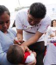 Una niña recibe dosis de vacuna oral durante una jornada realizada de vacunación. (Foto Prensa Libre: Hemeroteca PL)