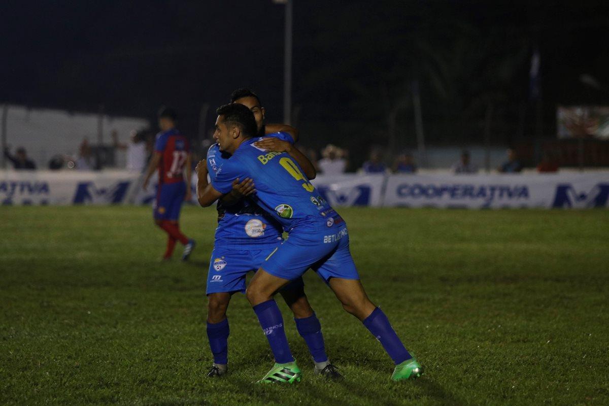 Así festejaron los jugadores de Cobán Imperial, ante Xelajú MC. (Foto Prensa Libre: Eduardo Sam)