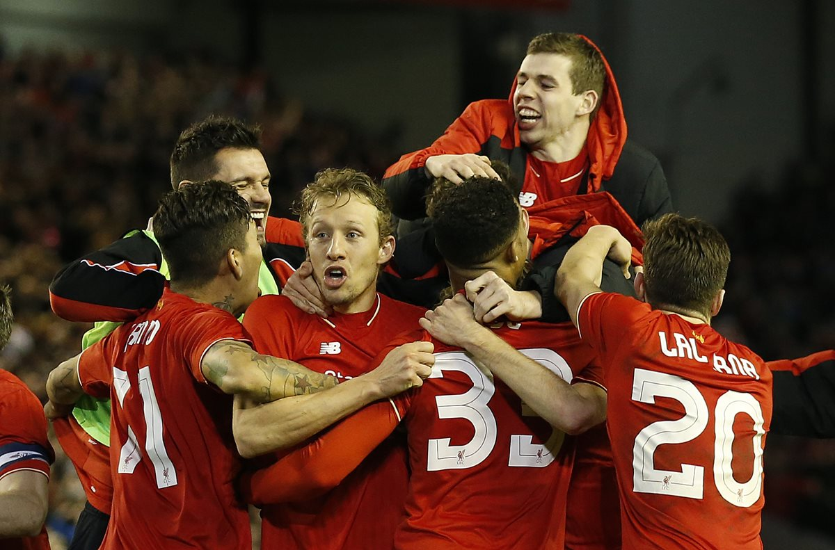 Jugadores del Liverpool festejan luego de conseguir el pase a la final de la Copa de la Liga inglesa. (Foto Prensa Libre: AP)