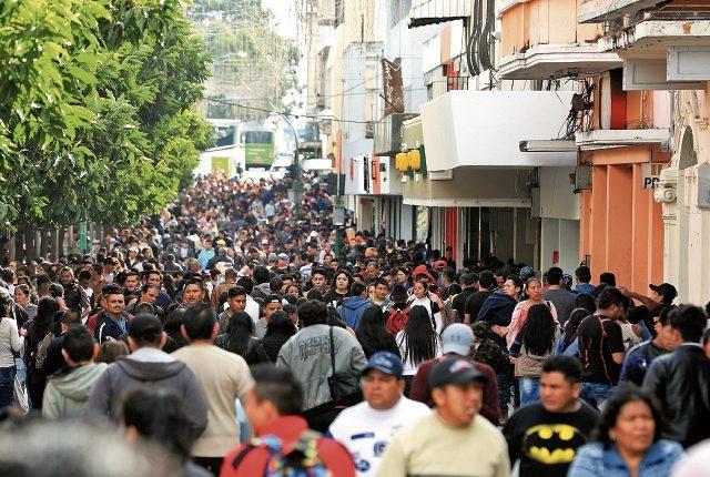 Las actividades de comercio y consumo en general se incrementarán esta semana por el pago del aguinaldo. (Foto Prensa Libre: Carlos Hernández Ovalle)