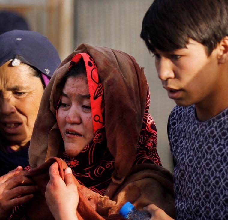 Una mujer llora la muerte de su hijo en un atentado suicida en Kabul (Foto Prensa Libre: EFE)