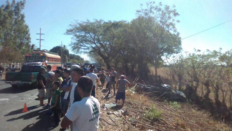 El picop en el que viajaba una familia en Santa Rosa se salió de la cinta asfáltica. (Foto Prensa Libre: Tomada de Moisés Aldana/Facebook)