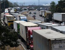 La carretera que conduce de Tegucigalpa al norte del vecino país está bloqueada. (Foto Prensa Libre: AFP)