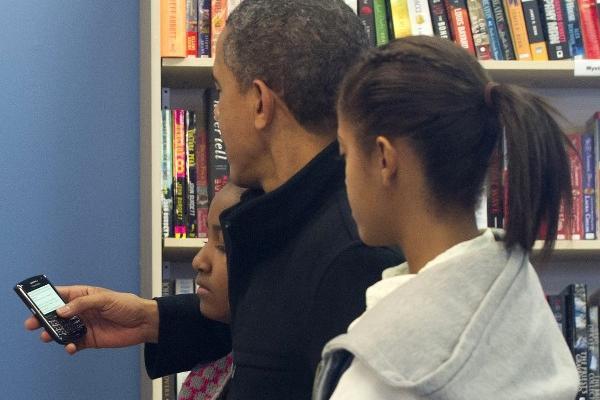 Obama conserva un Blackberry, ya que es modelo especial adaptado por el Servicio Secreto. (Foto Prensa Libre: AFP)