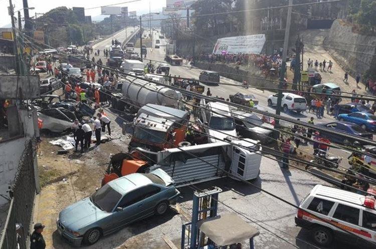 Panorama desolador minutos después del accidente en Mixco. (Foto: Hemeroteca PL)
