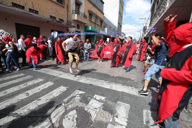 La Facultad de Derecho también participa en el desfile y realiza un juego de cuerda en el que invita a las personas a saltar.
