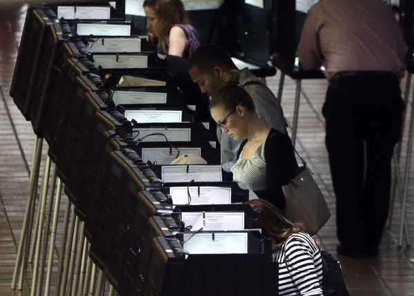 Estadounidense votan en la votación anticipada en el Condado de Miami-Dade. (AP).