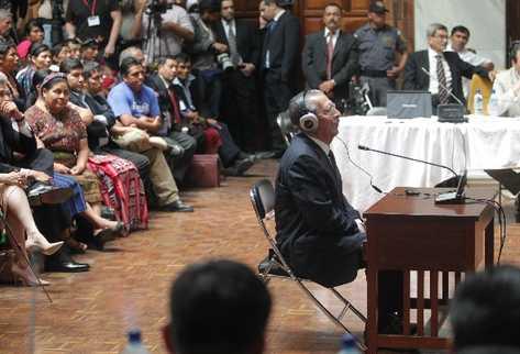 José Efraín Ríos Montt escucha la acusación en su contra.