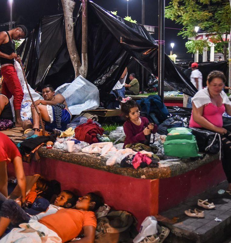 Familias y grupos de hondureños se ayudan de la solidaridad de los chiapanecos para resistir el viaje. (Foto Prensa Libre: AFP)