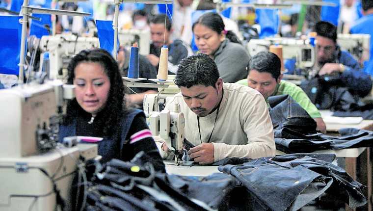 El pliego salarial para la maquila y la exportación es de Q82.46, con ingreso total de Q2 mil 758.16, más la bonificación de ley de Q250. (Foto Prensa Libre: Hemeroteca)