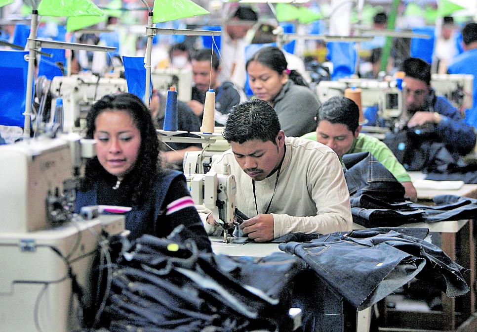 Jimmy Morales tiene en sus manos el aumento del salario mínimo y esto evalúa para la decisión