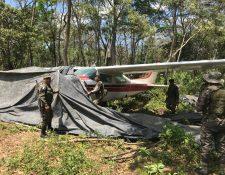 La avioneta estaba cubierta con nailon, para evitar que fuera hallada. (Foto Prensa Libre: Rigoberto Escobar)