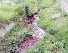 El río Seco, que pasa por varias zonas de Xela, se tiñe de colores con frecuencia, debido al desfogue de productos químicos de varias tenerías. (Foto Prensa Libre: Carlos Ventura)
