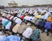 Musulmanes rezan en el final del ramadán. (Foto Prensa Libre: AFP)
