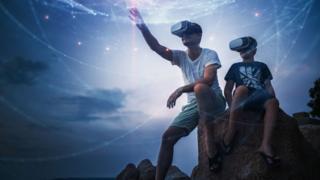 ¿Realidad virtual o aumentada? Una mezcla de ambas: la realidad mixta promete ser la gran revolución de 2018. GETTY IMAGES