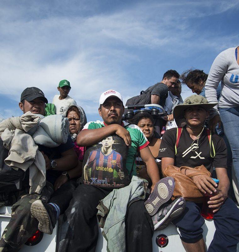 Desde que salió la caravana el 13 de octubre pasado e San Pedro Sula se han reportado tres muertes, dos de ellas de migrantes que cayeron de un vehículo en movimiento. (Foto Prensa Libre: EFE)