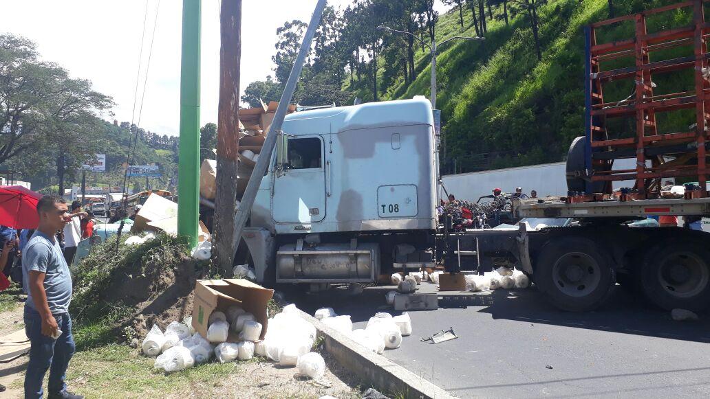 Accidente en el km 13 de la ruta al Pacífico habría sido causado por un tráiler. (Foto Prensa Libre: Dalia Santos)