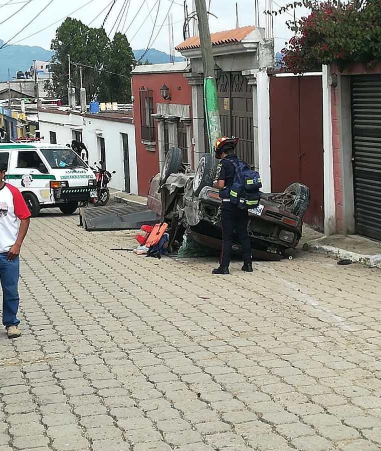 Vecinos observan el picop accidentado en Magdalena Milpas Altas, Sacatepéquez. (Foto Prensa Libre: Cortesía CBMD)