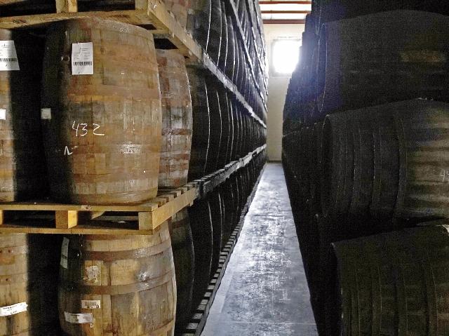 Añejamiento: Luego de la extracción del alcohol virgen  se transporta hacia Quetzaltenango, donde se utiliza el método solera. (Foto Prensa Libre: Juan Carlos Rivera)