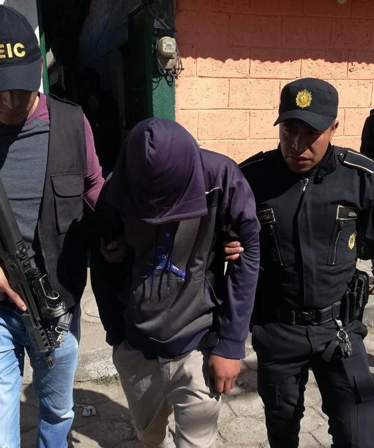Elementos de investigación de la PNC hicieron efectivo la captura de los hermanos quien son acusados de ser los responsables de la muerte de un joven de 19 años. (Foto Prensa Libre: Cortesía)