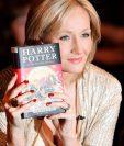 J.K. Rowling con su novela Harry Potter y las reliquias de la muerte, en 2007. (Foto Prensa Libre: AFP).